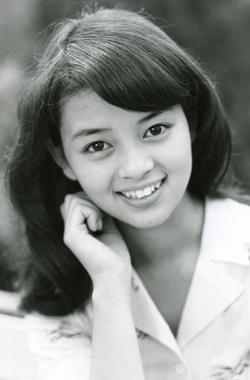 岡田奈々 - 女優、歌手